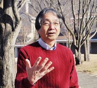 キャンパスの中庭でインタビューに応じた野元教授=3月、東京都立大学・八王子市南大沢