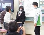 (下)市スポーツ課にポスターを手渡す児童