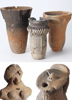 (上)勝坂(かっさか)遺跡出土の縄文土器・(下)市内出土の土偶