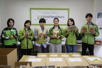水石さん(左から3番目)とグッドごはんのメンバー=提供