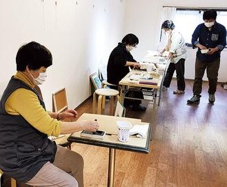 墨をすり日本画を描く生徒