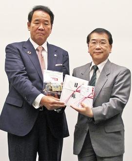 井關病院長(右)へ寄付金と目録を手渡す唐橋社長=4月26日、相模原協同病院