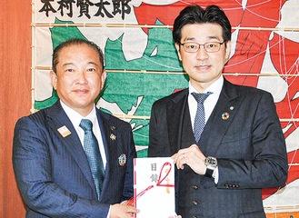 寄付を行った田中社長(右)と本村市長