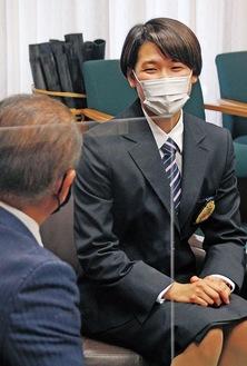 本村市長へ代表決定を報告する小堀さん。この日は「称賛の楯」も贈られた。小堀さんへの楯の贈呈は2月以来2度目=4月27日