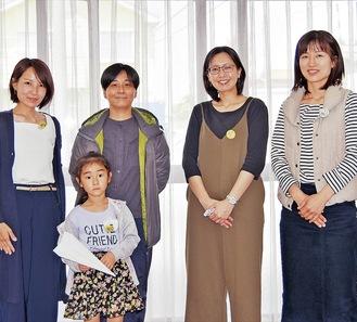 同連合会が制作したバッチを身に付ける番田子ども会のメンバーと小学生=番田諏訪面自治会館