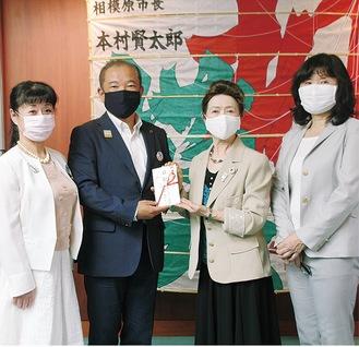 本村市長(中央左)へ目録を渡す本間会長(同右)と同団体メンバー=8日