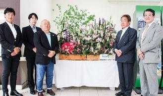 左から、相模原ロータリークラブの堀貴麿さん、松嵜英剛さん、宮崎会長、鈴木正彦さん、山本忠典さん=16日