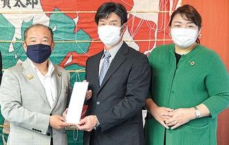 本村市長に目録を渡す金井社長(中央)と志澤社長(右)
