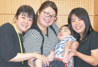 会のメンバーの加部和恵さん(35)の次男で医ケア児である大智(だいち)くん(4)を笑顔で囲む渡辺さん(左)と廣井さん=9日撮影