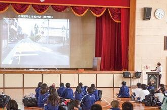 実際の通学路を分析した講習会=2日、田名中学校