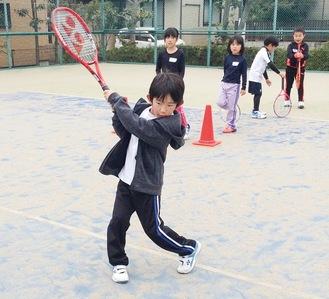 キッズクラスではテニスの基礎から学ぶ