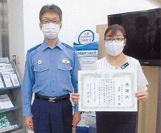 感謝状を受け取った岩崎さん(右)と森元署長
