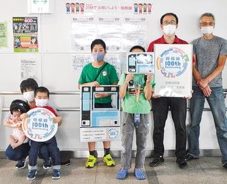 同自治会の大倉正則副会長(右端)同商栄会の森山勝徳さん(右から2番目)とフォトスポットコーナーのアイテムを使って盛り上がる子ども達
