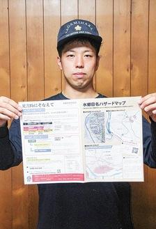 広報紙を持ち、災害への事前の備えを呼びかける水郷田名消防団の新井部長=9日