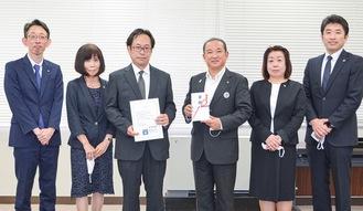本村市長(右から3番目)と5士業団体の会長