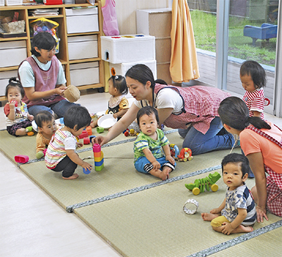 園児喜ぶ「和」のカーペット