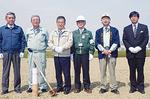 30日の杭打ちには地元の町長らも訪れた(左から2、3番目)