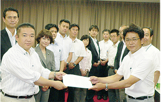 本村会長(左)に団体から要望書が手渡された