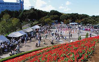 """市観光協会による地元特産物や女子美術大学によるフリーマーケットなど、物産展も""""地域色""""満点(写真は昨年の様子)"""