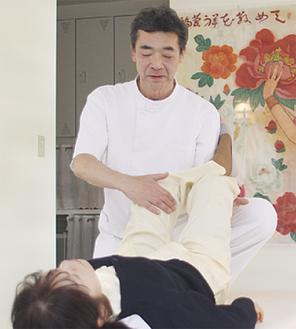 足や膝のねん挫には各種保険が適用される