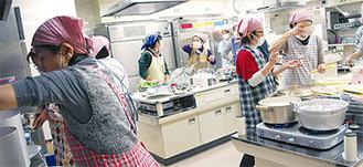 全員分の食事の支度は、スタッフ10人とボランティアで交互に担当した(12月24日撮影)