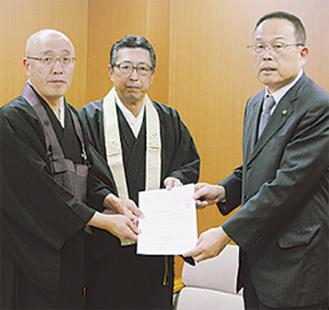 市長に要望書を提出する津田会長(左)と自見会長(中央)