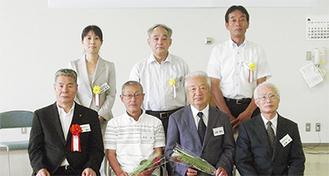今回、最優秀賞に輝いた山根さん(下段右から2人目)と小川さん(同3人目)