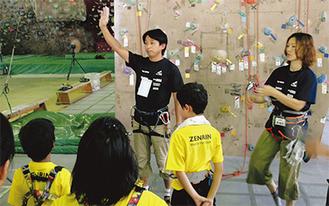 児童の前で話をする片山氏(写真中央)