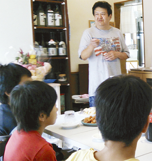 子どもたちと会話する江幡さん(写真奥)