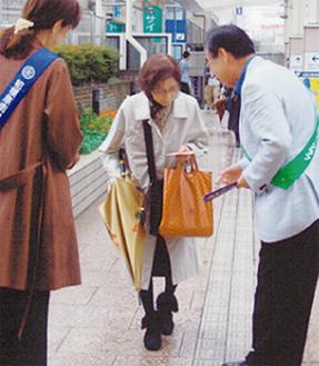 当日は駅周辺でハロウィンイベントが行われており、会員たちは会場へ向かう参加者らにロータリー活動をアピールした