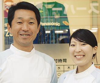 久保田武晴院長(左)とスタッフの桑原亜香音さん