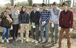 モフのメンバー。上写真は植栽の様子=ともに18日、相模川河川敷