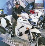 大好きなバイクにまたがるアキヨシさん=提供