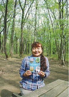 木もれびの森でガイドブックを手にする高橋さん
