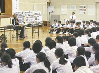 生徒は増元さんの話を静かに聴き入った=11日、大野南中学校
