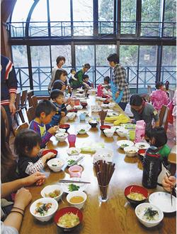 今年3月30日から4月4日にかけて町田市内で開かれた春の保養キャンプの様子=主催者提供。福島県から65人の親子(子ども42人、大人23人)が訪れた