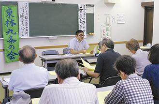 講義を行う徳田氏(中央)と聴き入る参加者