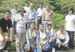 境川の道正山河畔林を守る会と大正堂の社員ら