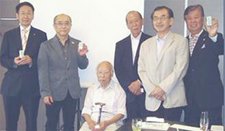 宮崎会長(右から2番目)と、チャーターメンバー=9月3日。左から松本素彦氏、笠井透氏、児玉一郎氏、藤井啓三氏、一番右が座間勇氏。チャーターメンバーはここに小林浩氏を加えた6人
