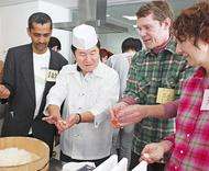 外国人が寿司づくり