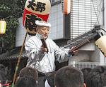 神輿の指揮をとる篠田さん