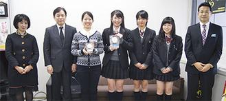 授賞式には3人が出席(右から2、3、4人目)