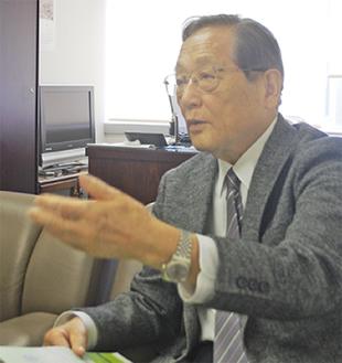 本紙のインタビューに答える中邨章氏(4月21日)