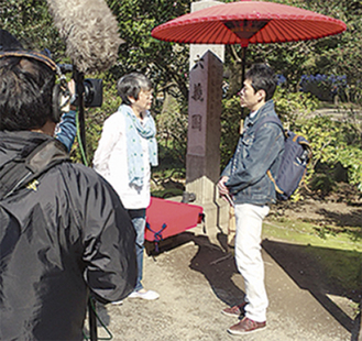阿知波さん(左)と語る水野さん