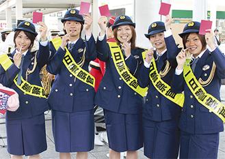 注意を呼びかけるノジマの選手。左から(田中、小林、坂本、尾山、川島)=12日