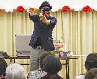 マジックを披露する高橋さん