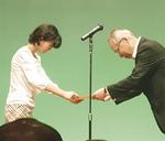 市川さんと作品(上)、式で壇上にあがった