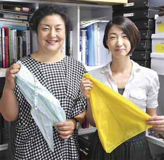 カサの素材を持つ小林るりさん(左)と吉川ちひろさん