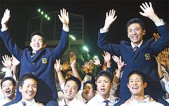 チームメートに担がれ、万歳をする小笠原投手(左)と吉田投手