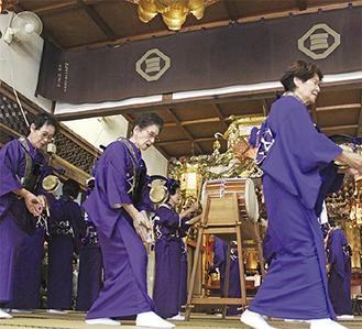 7種類の念仏を唱えながら踊った=10月23日、本堂で